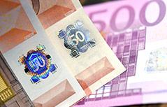 Echte und gefälschte Banknote nebeneinander