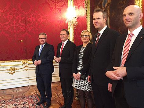 Landeshauptmann Hans Niessl (SPÖ), Landesrat Helmut Bieler (SPÖ) und Familienangehörige von Hans Peter Doskozil