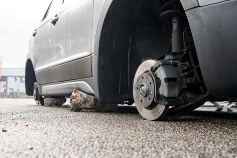 Zerlegte Autos bei Händler