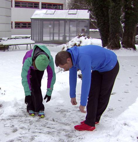 Doresia Krings und Michael Mayrhofer bei der Oberschenkeldehnung