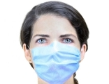 Frau mit OP-Maske im Gesicht