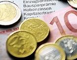 Geldscheine und -münzen auf einem Bankauszug
