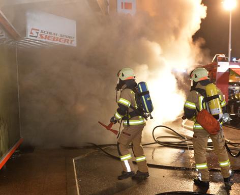 Feuerwehr startet Brandangriff in Sportgeschäft