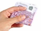 500 Euro in einer Hand