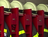 Feurwehruniformen und Feuerwehrhelme