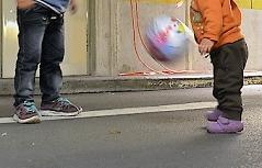 Flüchtlingskinder spielen im Notquartier am Salzburger Bahnhof, September 2015