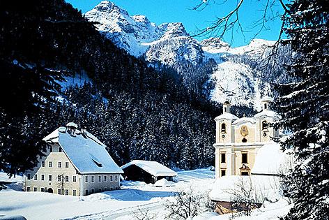 Die Wallfahrtskirche von Maria Kirchental mit den Loferer Steinbergen