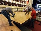 Arbeiter bei Aufbau für Opernball in der Staatsoper