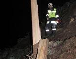 Feuerwehrmann bei abgeknicktem Baum
