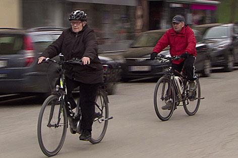 Senioren fahren mit Elektrofahrrad (E-Bike)