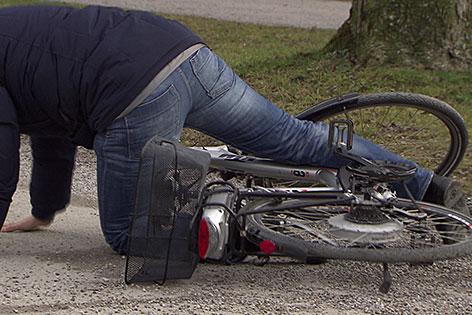 Radfahrer nach Sturz (Unfall) mit einem Elektrofahrrad (E-Bike) auf Rollsplitt