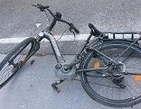 Elektrofahrrad (E-Bike) liegt nach Unfall auf der Straße
