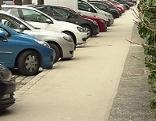 Parkende Autos und Gehsteig in der Hadikgasse in Penzing