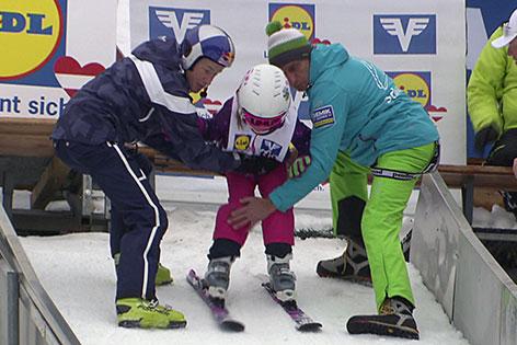 Kind beim Skispringen auf Skisprungschanze