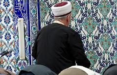 Imam bei Freitagsgebet in Moschee