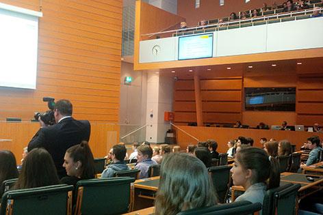 Schüler debattieren im Landtagssitzungssaal