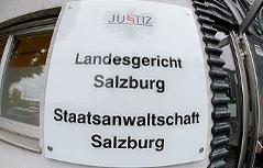 Türschild des Landesgerichts Salzburg und der Staatsanwaltschaft Salzburg beim Ersatzquartier in der Weisergasse