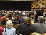 Teilnehmer einer Bürgerversammlung zur Unterbringung von Flüchtlingen in Liesing