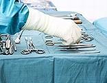Hand einer Ärztin und medizinische Instrumente