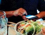 Smartphone beim Essen