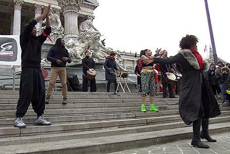 Tänzerinnen und Tänzer bei One Billion Rising vor dem Parlament