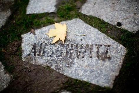 Stein mit Auschwitzaufschrift