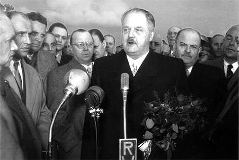 Bundeskanzler Julius Raab am Flughafen Bad Vöslau am 11. April 1955