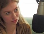 Zoe Straub bei einem Radiointerview