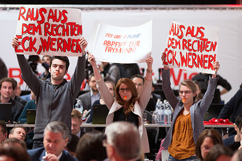 Proteste gegen Faymann bei Klubklausur