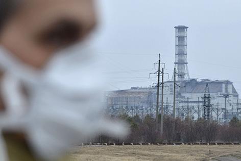 Besucher vor dem vierten Reaktorblock des Atomkraftwerkes Tschernobyl aufgenommen am Dienstag, 22. März 2011
