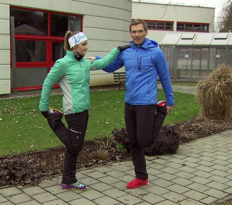Doresia Krings und Michael Mayrhofer bei der Obeschenkeldehnung.