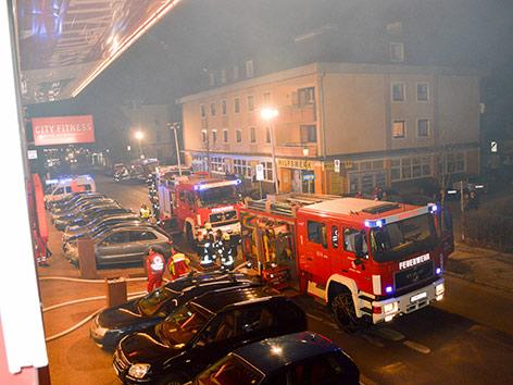 Brand im Solarium, Feuerwehrleute, Besucher mit Decken