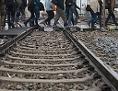 Flüchtlinge überqueren Bahngleise