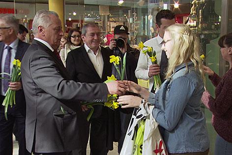 Rudolf Hundstorfer bei Wahlkampfauftritt im Europark in Salzburg-Taxham