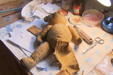 Teddybär, dem ein Bein fehlt