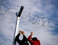 Männer am Grenzzaun zwischen Griechenland und Mazedonien nahe der Stadt Idomeni