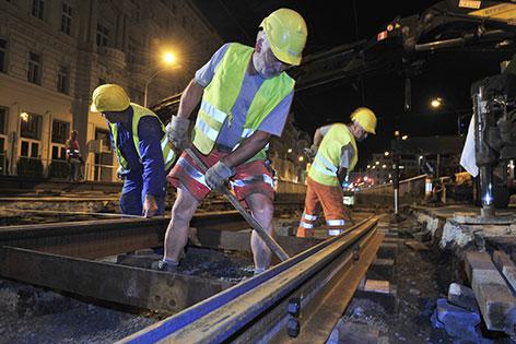 Bauarbeiter bei Gleisbaustelle der Wiener Linien