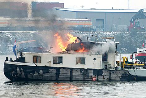Brennendes Schiff auf der Donau