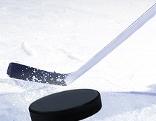 Eishockeyspieler schlägt den Puck