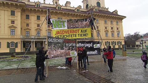 VGT-Protest gegen die Gatterjagd vor dem Schloss Esterhazy
