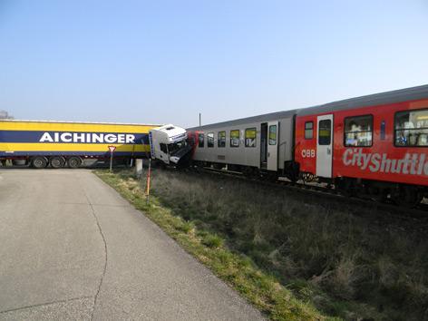 Zusammenstoß von Lkw mit Zug