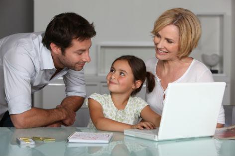 Eltern mit Kind am Laptop