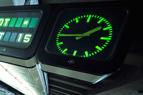 Uhr in U-Bahn-Station