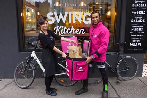 Foodora und Swing Kitchen bei der Essensübergabe
