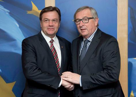 Platter und Juncker beim Händedruck