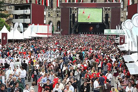 Fußballfans auf dem Rathausplatz