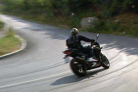 Motorradfahrer auf Bergstraße