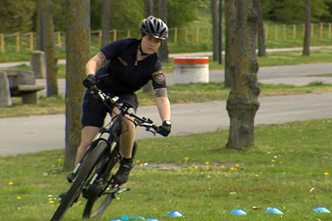Polizistin auf Fahrrad
