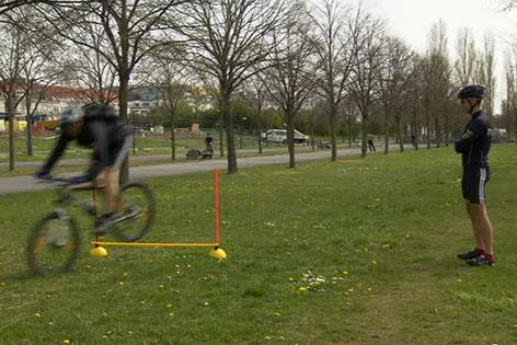 Polizist bei Training mit Fahrrad