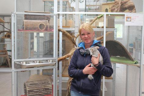 Sonja Flunger, Leiterin der Kleintierabteilung im Tierheim Mentlberg in Innsbruck mit einem Chinchilla